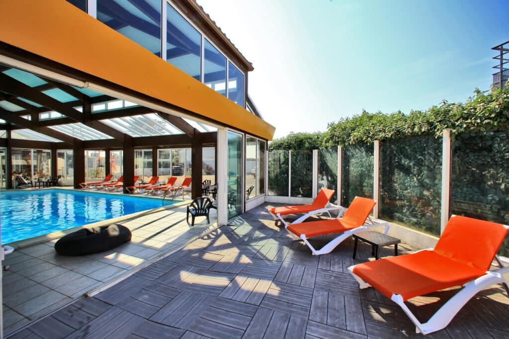 hotel-les-dunes-la-tranche-sur-mer-piscine-solarium
