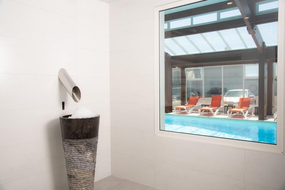 Hotel-les-dunes-la-tranche-sur-mer-spa-fontaine-glace-cryotherapie-douce-piscine